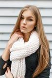 Το νέο όμορφο κορίτσι σε ένα λευκό πλέκει το μαντίλι και ένα μαύρο φόρεμα επάνω Στοκ εικόνα με δικαίωμα ελεύθερης χρήσης