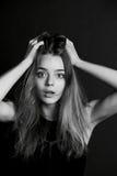Το νέο όμορφο κορίτσι χτίζει τα πρόσωπα _ Στοκ Εικόνες