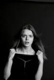 Το νέο όμορφο κορίτσι χτίζει τα πρόσωπα _ Στοκ φωτογραφία με δικαίωμα ελεύθερης χρήσης