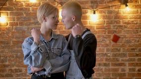Το νέο όμορφο κορίτσι hipster στέκεται με το φλυτζάνι, ο φίλος της έρχεται, ρίχνουν έξω τα φλυτζάνια, γαλλικό φιλί, πάθος απόθεμα βίντεο