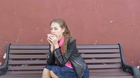 Το νέο όμορφο λυπημένο κορίτσι κάθεται σε έναν πάγκο Λυπημένες σκέψεις, κακές ειδήσεις Επιθυμητός και απόγνωση φιλμ μικρού μήκους