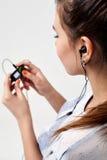 Το νέο όμορφο φίλαθλο κορίτσι ακούει τη μουσική Στοκ φωτογραφίες με δικαίωμα ελεύθερης χρήσης