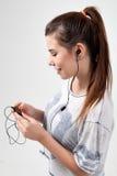 Το νέο όμορφο φίλαθλο κορίτσι ακούει Στοκ φωτογραφία με δικαίωμα ελεύθερης χρήσης