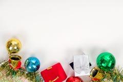 Το νέο δώρο καρτών έτους καθορισμένο γεμίζει το κείμενο στο άσπρο υπόβαθρο Στοκ Φωτογραφία