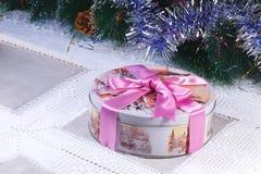 Το νέο δώρο του έτους ή Χριστουγέννων σε ένα συμπαθητικό κιβώτιο με την εικόνα κερδίζει Στοκ Εικόνες