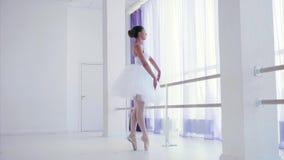 Το νέο ballerina εκπαιδεύει το στοιχείο μπαλέτου κοντά στη στάση μπαρών στην κατηγορία χορού απόθεμα βίντεο