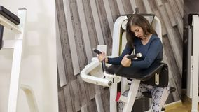 Το νέο brunette επιλύει με τα βάρη χεριών στη γυμναστική απόθεμα βίντεο