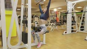 Το νέο brunette επιλύει με τα βάρη χεριών στη γυμναστική φιλμ μικρού μήκους