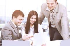 Το νέο businesspeople συζητά το νέο γραφείο προγράμματος Στοκ Φωτογραφία