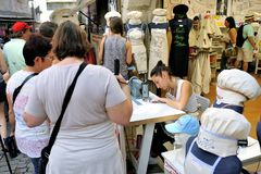 Το νέο embroiderer πραγματοποιεί τις κεντητικές συνήθειας Στοκ εικόνες με δικαίωμα ελεύθερης χρήσης