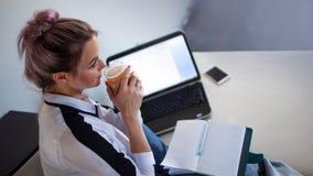 Το νέο freelancer πίνει τον καφέ και σκέφτεται για την εργασία στοκ φωτογραφία με δικαίωμα ελεύθερης χρήσης