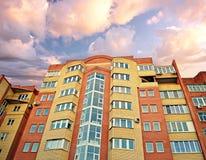 Το νέο multi-storey κτήριο τούβλου διαμερισμάτων ενάντια στο ηλιοβασίλεμα Στοκ εικόνα με δικαίωμα ελεύθερης χρήσης