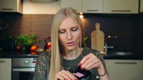 Το νέο vlogger που μιλά για το makeup κοκκινίζει για το πρόσωπο Η ελκυστική νέα γυναίκα που μιλά για το καλλυντικό κοκκινίζει για φιλμ μικρού μήκους