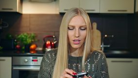 Το νέο vlogger που μιλά για το makeup κοκκινίζει για το πρόσωπο Η ελκυστική νέα γυναίκα που μιλά για το καλλυντικό κοκκινίζει για απόθεμα βίντεο