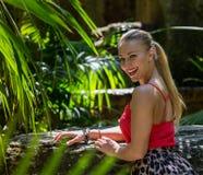 Το νέο womann ξοδεύει το χρόνο στη φύση Στοκ εικόνες με δικαίωμα ελεύθερης χρήσης