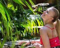 Το νέο womann ξοδεύει το χρόνο στη φύση Στοκ εικόνα με δικαίωμα ελεύθερης χρήσης
