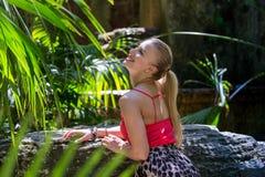 Το νέο womann ξοδεύει το χρόνο στη φύση Στοκ Φωτογραφίες