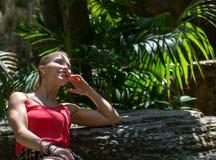 Το νέο womann ξοδεύει το χρόνο στη φύση Στοκ φωτογραφία με δικαίωμα ελεύθερης χρήσης
