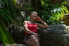 Το νέο womann ξοδεύει το χρόνο στη φύση Στοκ Εικόνα