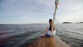 το ναυτικό κοριτσιών έδεσε επί του άσπρου γιοτ Ηλιοβασίλεμα πόδια παφλασμών Χαλαρώστε Νερό Θάλασσα ωκεανός παρουσιάζει ένα χέρι φιλμ μικρού μήκους