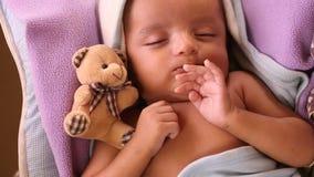 Το νεογέννητο αγοράκι και teddy αντέχει απόθεμα βίντεο