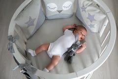 Το νεογέννητο αγόρι βρίσκεται σε ένα στρογγυλό κρεβάτι Στοκ φωτογραφία με δικαίωμα ελεύθερης χρήσης