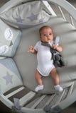 Το νεογέννητο αγόρι βρίσκεται σε ένα στρογγυλό κρεβάτι Στοκ εικόνες με δικαίωμα ελεύθερης χρήσης