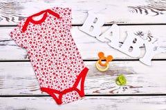 Το νεογέννητο κοριτσάκι ντύνει το υπόβαθρο στοκ εικόνες με δικαίωμα ελεύθερης χρήσης