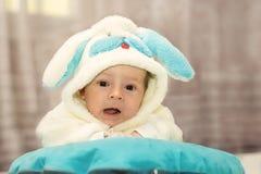 Το νεογέννητο μωρό έντυσε στο κοστούμι κουνελιών Στοκ φωτογραφία με δικαίωμα ελεύθερης χρήσης