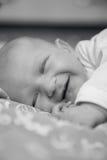 Το νεογέννητο μωρό βρίσκεται και χαμογελά Στοκ φωτογραφία με δικαίωμα ελεύθερης χρήσης