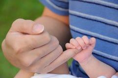 Το νεογέννητο μωρό κρατά το δάχτυλο γονέων της Στοκ εικόνες με δικαίωμα ελεύθερης χρήσης