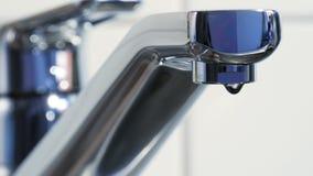Το νερό είναι στάζοντας από μια βρύση κουζινών απόθεμα βίντεο