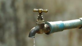 Το νερό διαρρέει έξω από τη βρύση φιλμ μικρού μήκους