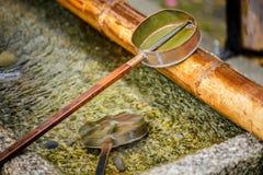 Το νερό κουταλών της Ιαπωνίας στις λάρνακες ή ο ναός για τον επισκέπτη καθαρίζει Στοκ φωτογραφία με δικαίωμα ελεύθερης χρήσης