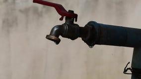 Το νερό μειώνεται αργά από την παλαιά στρόφιγγα απόθεμα βίντεο
