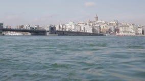 Το νερό μεταφέρει το φέρνοντας τουρίστα κατά μήκος Bosphorus, έλξη της Ιστανμπούλ, χρονικό σφάλμα απόθεμα βίντεο