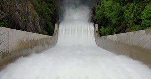 Το νερό πέφτει απότομα κάτω από spillway του μέσου τρόπου φραγμάτων του Κλίβελαντ απόθεμα βίντεο
