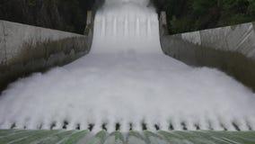 Το νερό πέφτει απότομα κάτω από spillway του φράγματος του Κλίβελαντ απόθεμα βίντεο