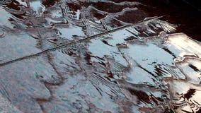 Το νερό ρέει κάτω από τον κόκκινο γρανίτη Ο ουρανός απεικονίζεται στον τεχνητό καταρράκτη φιλμ μικρού μήκους