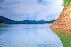 Το νερό στην επαρχία φραγμάτων για την ηλεκτρική παραγωγή με το διάστημα αντιγράφων προσθέτει το κείμενο Στοκ φωτογραφία με δικαίωμα ελεύθερης χρήσης