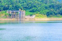 Το νερό στην επαρχία φραγμάτων για την ηλεκτρική παραγωγή με το διάστημα αντιγράφων προσθέτει το κείμενο Στοκ εικόνες με δικαίωμα ελεύθερης χρήσης