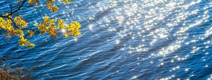 Το νερό στον ποταμό αστράφτει και λαμπιρίζει μικρά αστέρια Στοκ Φωτογραφία