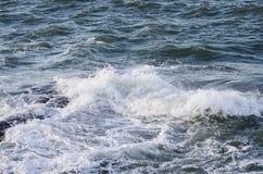 Το νερό spash στο βράχο Στοκ εικόνα με δικαίωμα ελεύθερης χρήσης