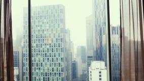 Το νεφελώδες πανόραμα πολυκατοικιών βραδιού αυτό είναι βροχερός καιρός εμφανίστε το παράθυρο στοκ φωτογραφία με δικαίωμα ελεύθερης χρήσης