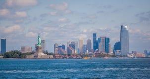 Το νησί ελευθερίας και η οικονομική περιοχή του Μανχάταν πόλεων της Νέας Υόρκης Στοκ Εικόνα