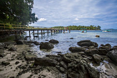 Το νησί, οι βάρκες, το σύννεφο και ο μπλε ουρανός, όμορφη άποψη της παραλίας Iboih, σε Sabang, Ινδονησία Στοκ Εικόνα