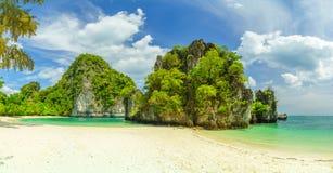 το νησί Koh Hong στο τοπίο της Ταϊλάνδης μια ηλιόλουστη ημέρα στοκ φωτογραφίες