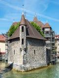 Το νησί Palais de λ ` και ο ποταμός Thiou στο Annecy, Γαλλία Στοκ Φωτογραφία