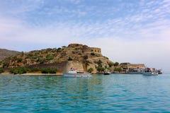 Το νησί Spinalonga, Κρήτη, Ελλάδα είδε από τη θάλασσα Στοκ Φωτογραφίες