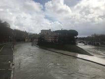 Το νησί Tiber κατά τη διάρκεια του νεφελώδους, βροχερού καιρού στοκ εικόνα με δικαίωμα ελεύθερης χρήσης